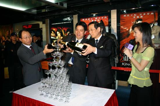 图文:《亚瑟王》北京首映式戏服明星两相宜(14)
