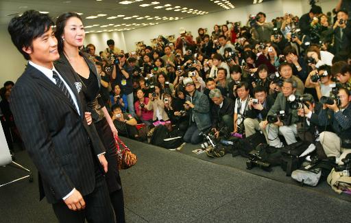 组图:李秉宪崔智友东京挽手见记者不惧绯闻