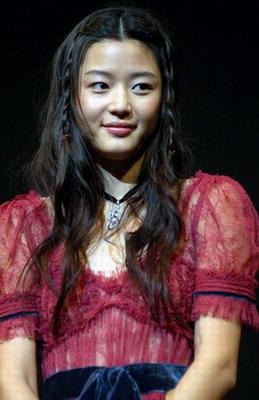 组图:全智贤一袭红裙亮相《野蛮师姐》首映礼