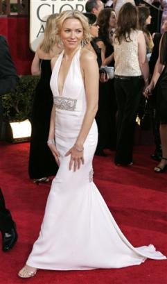 图文:娜奥米-沃兹着白色长裙回眸一笑
