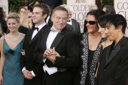 图文:罗宾-威廉姆斯与家人一同亮相有说有笑