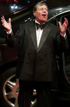 图文:柏林电影节开幕-杰瑞-路易斯亮相红地毯