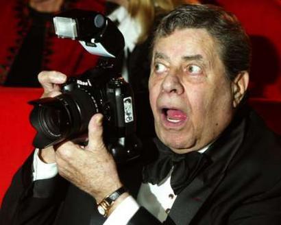 图文:美国喜剧演员JerryLewis红地毯搞笑
