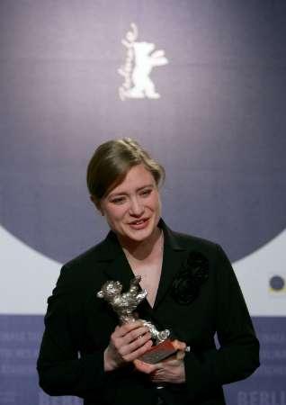图文:本届柏林影展影后朱丽娅-耶特斯致感谢辞