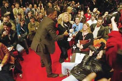 图文:威尔史密斯打翻柏林平静从演员吻到记者(3)