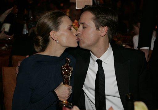 图文:希拉里・斯万克获奖后与丈夫深情热吻