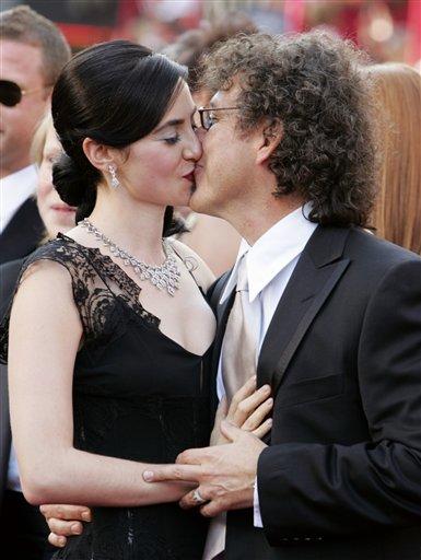 图文:《摩托日记》编剧与妻子在红地毯上热吻