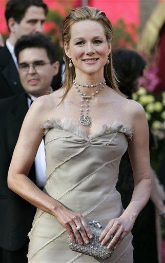图文:最佳女配角提名劳拉・琳妮走上红地毯
