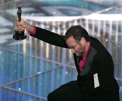 图文:罗宾・威廉斯跪地向《超人总动员》颁奖