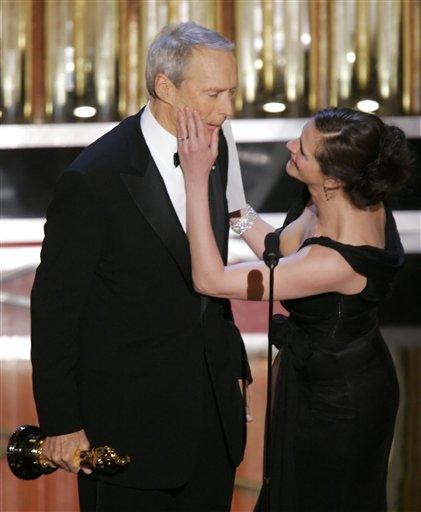图文:朱莉亚・罗伯茨向伊斯特伍德祝贺夺大奖