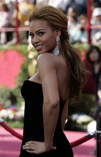 图文:碧昂丝・诺里斯黑色低胸晚装走上红地毯