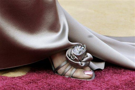 图文:时尚到底女星瑞加纳・金展示足上靓鞋