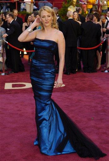 图文:维吉尼亚・马德森蓝色晚装亮相红地毯