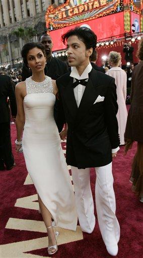 图文:歌手王子与妻子亮相红地毯