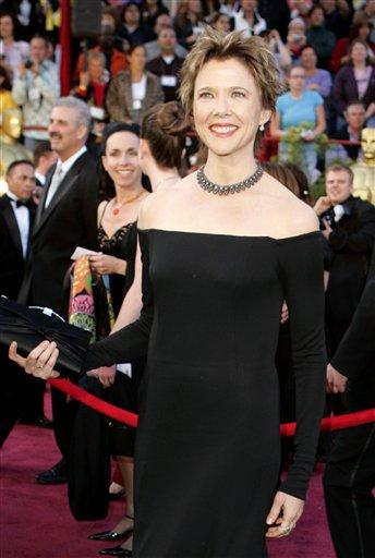 图文:安妮特・贝宁佩戴夺目项链亮相红地毯