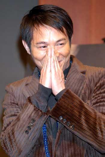 组图:李连杰日本宣传新片送给钢琴师玩具熊