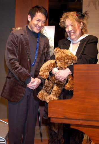 李连杰/李连杰送给日本著名钢琴师Fujiko Hemming玩具熊