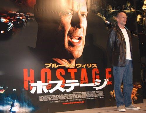 组图:布鲁斯威利斯携《火线对峙》亮相东京