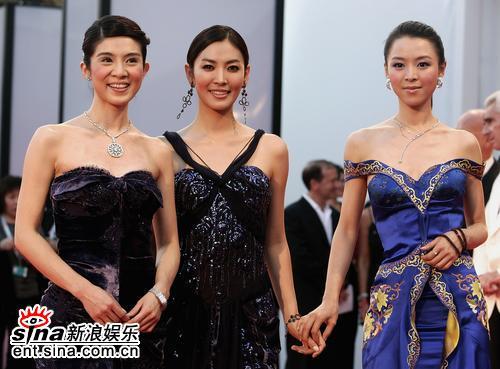 组图:62届威尼斯电影节《七剑》美女红毯争艳