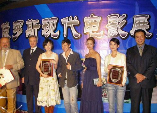 秦海璐出席俄罗斯电影节电影局副局长亲颁头衔
