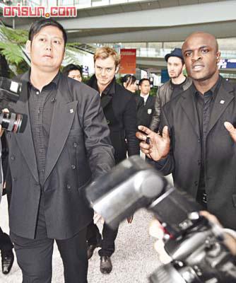 好莱坞影星裘德-洛抵港十二壮士为其开路(图)