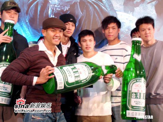 陈建州率领队员出席《忍者神龟》台湾首映(图)