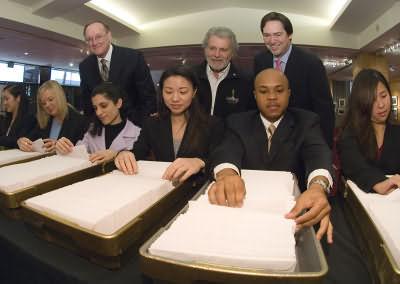 组图:第78届奥斯卡金像奖选票寄给评审成员