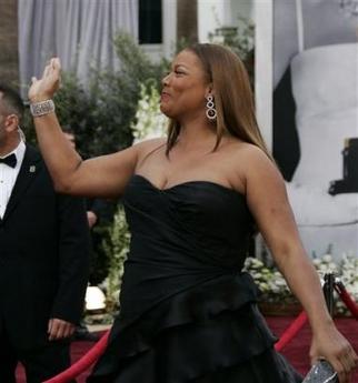 图文:颁奖嘉宾奎恩-拉提法低胸装亮相人高马大