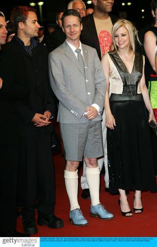 组图:《短巴士》首映男演员扮女装出席红地毯