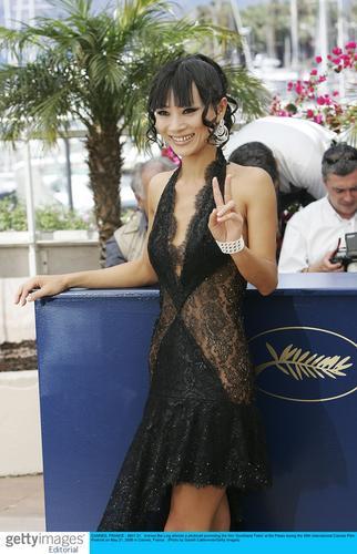 组图:《南方传奇》记者会白灵着性感镂空短裙