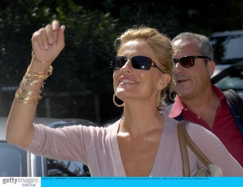 组图:威尼斯电影节大牌亮相伊莎贝拉飞吻影迷