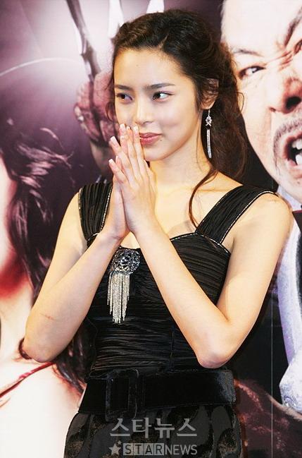 组图:《九尾狐家族》首映朴时妍失眠满眼充血
