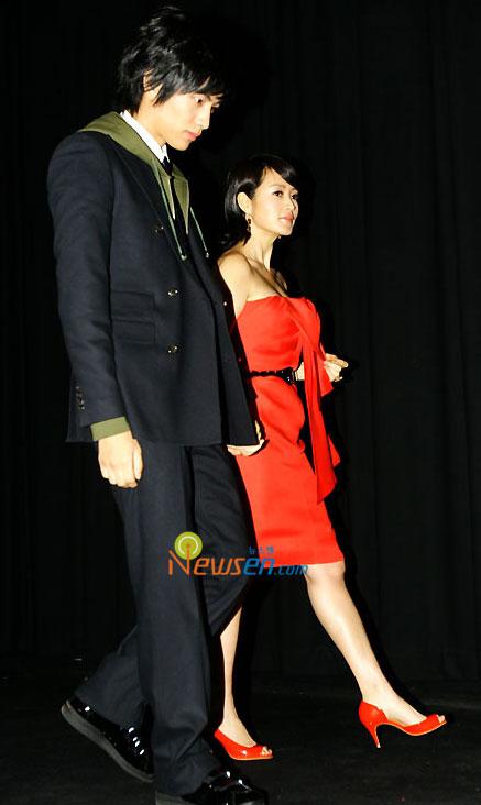 组图:韩片《外遇》首映金慧秀大红低胸装诱人
