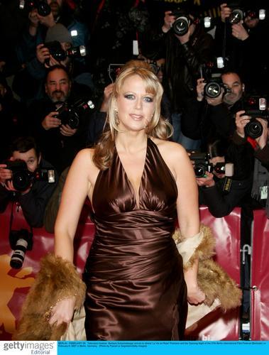 组图:柏林电影节开幕主持人走红毯大展风情