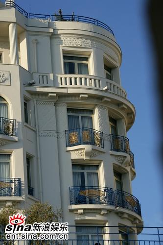 组图:裘德-洛抵达戛纳入住豪华宾馆轻松惬意