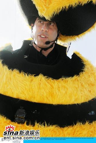组图:《蜜蜂总动员》发布会宋飞扮大蜜蜂飞翔