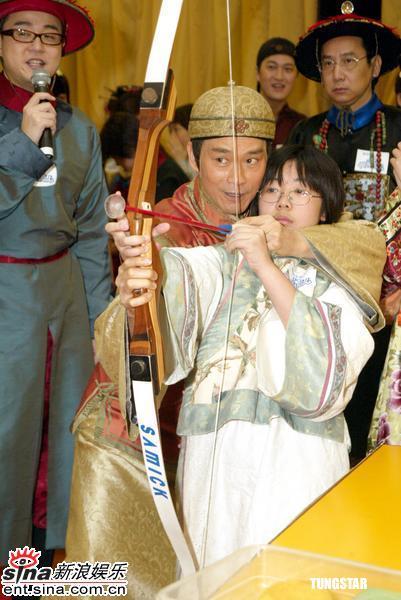 组图:郑少秋邓萃雯等着古装出席剧集庆祝活动