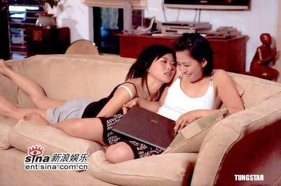 组图:董敏莉与安雅《单身部落》银幕贴身热吻