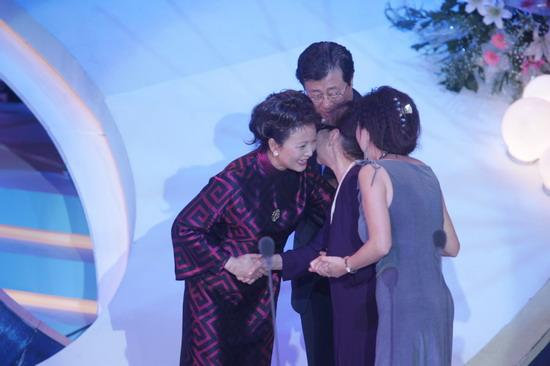 图文:金鸡百花颁奖典礼-李羚与金雅琴低声耳语