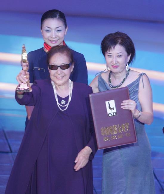 图文:金鸡百花电影节颁奖典礼-金雅琴高举金鸡
