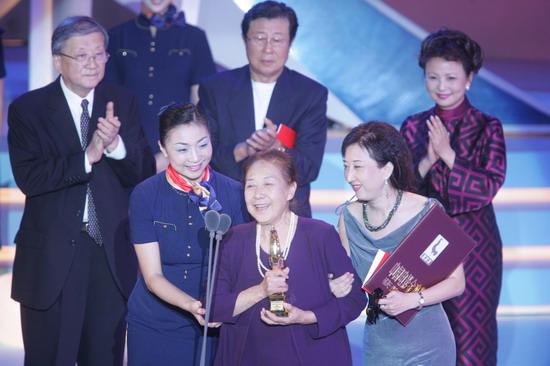 图文:金鸡百花电影节颁奖礼-金雅琴说获奖感言