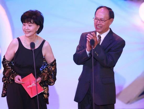 图文:金鸡百花电影节颁奖典礼-归亚蕾颁发奖项