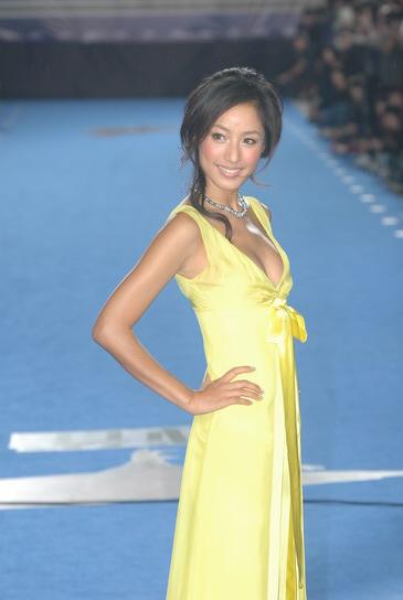 图文:金马奖红地毯--主持人蒋怡性感黄色晚装