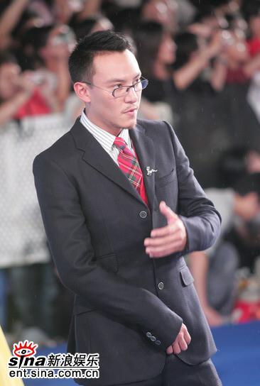 图文:台湾电影金马奖红地毯--张震整理衣装