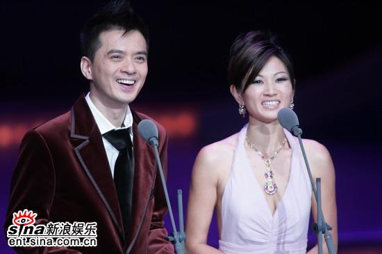 图文:金马奖颁奖礼--杨雅慧和黄耀明上台颁奖