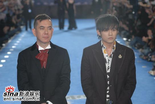 图文:台湾金马奖红毯--黄秋生周杰伦同一表情