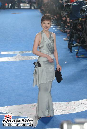图文:台湾金马奖红地毯--女嘉宾晚装剪裁利落