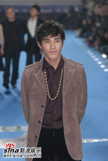 图文:第台湾电影金马奖红地毯-蓝正龙风度翩翩