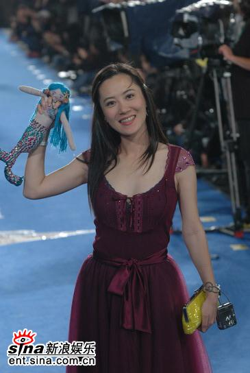 图文:台湾金马奖--携卡通娃娃亮相的女嘉宾