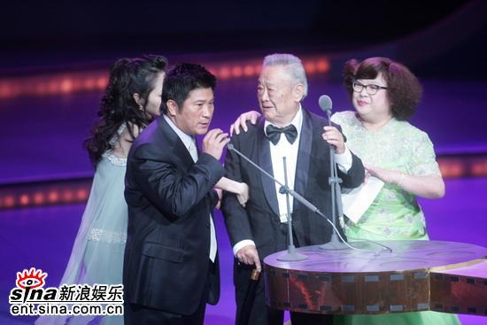 图文:台湾金马奖--沈殿霞和干爹葛香亭上台